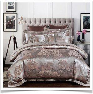 Покрывало на кровати в коричневых тонах