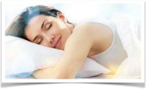 Девушка брюнетка спит на живете