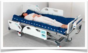 Женщина на кровати в больничной палате