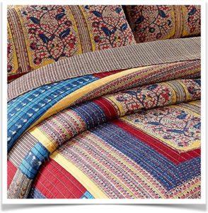 Красивое цветное покрывало с рисунком на кровати