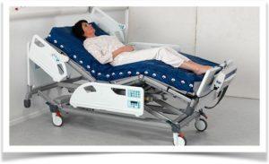 Женщина лежит на больничной кровати