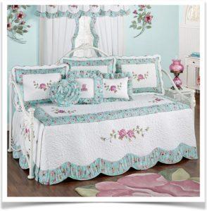 Покрывало и подушки в голубых тонах на диване