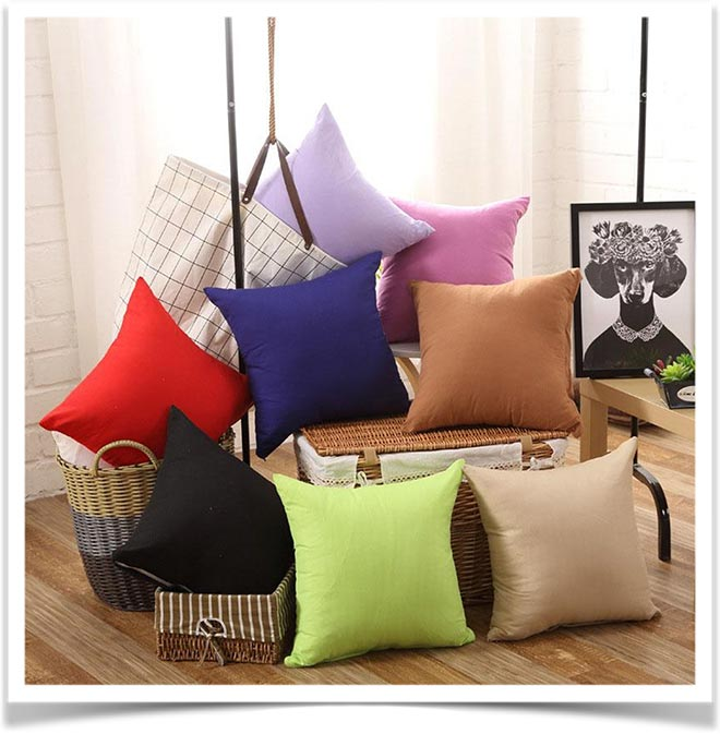 Разноцветные подушки на корзинках