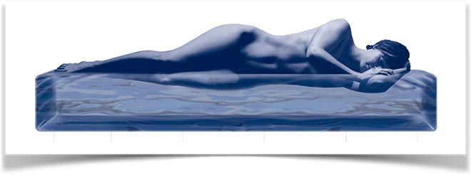 Женщина лежит на виртуальной воде