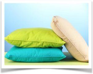 Три цветные подушки на столе