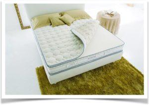 Кровать с расстегнутым наматрасником
