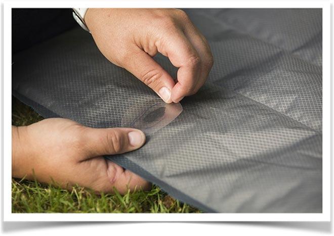 Приклеивание заплатки на надувной матрас