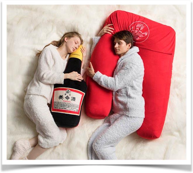 Девушка и юноша спят с подушками обнимашками в виде бутылок