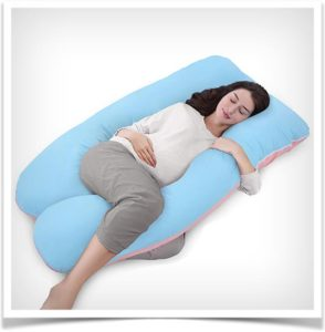 Беременная девушка лежит в u подушке