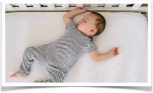 Малыш в кроватке спит без подушки