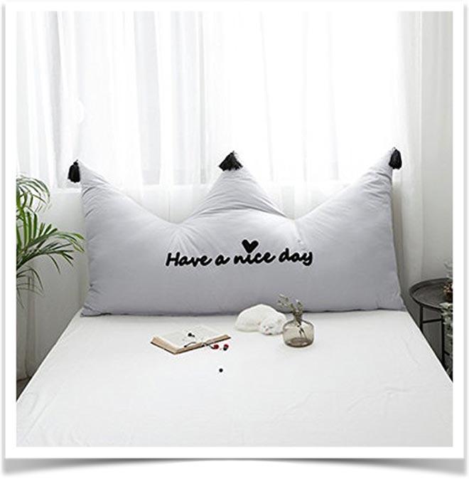 Белая подушка-спинка в форме короны