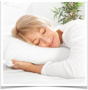 Женщина отдыхает на белоснежной подушке