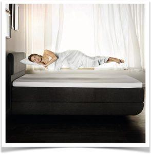 Женщина во сне парит над кроватью в воздухе