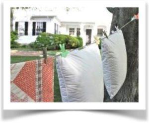 Две подушки сушатся на веревке на улице