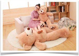 Девушка сидит на диване в обнимку с плюшевым медведем
