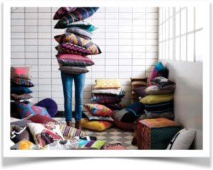 Девушка играет с большим количеством подушек