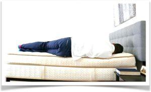 Мужчина прилег на кровать