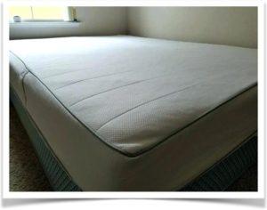 Матрас на кровате в комнате