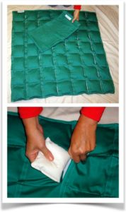 Женщина заполняет весом утяжеленное одеяло