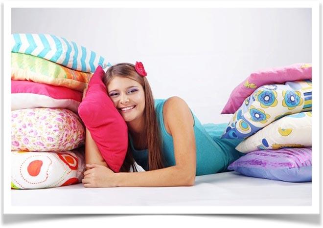 Девушка  и разноцветные подушки