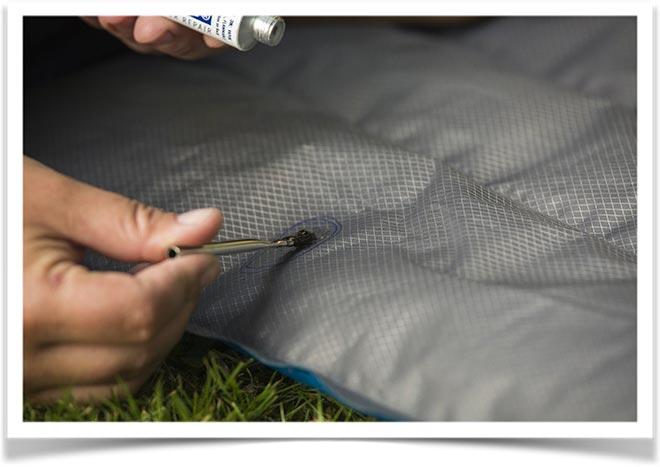 Нанесение кисточкой клея на дырку матраса