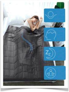 Девушка спит под серым одеялом с утяжелительными гранулами