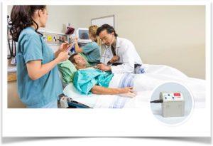 Врачи ухаживают за пациентом в больнице