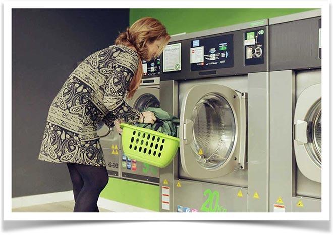 Женщина с зеленой корзинкой в прачечной