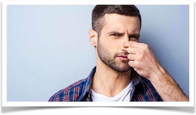 Мужчина сжал нос пальцами от неприятного запаха