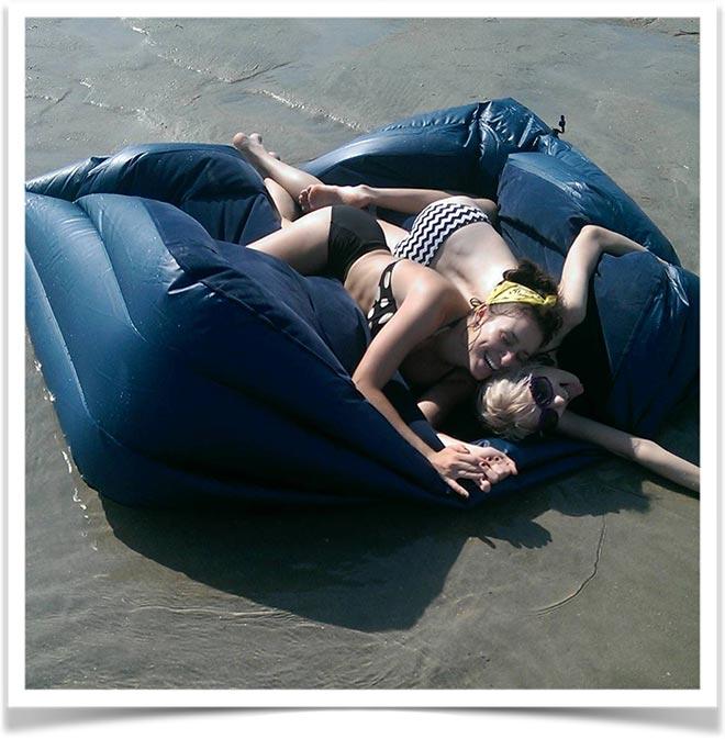 Женщины лежат на сдувшемся надувном матрасе