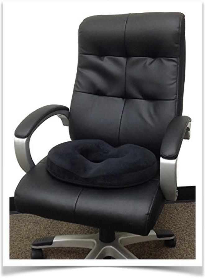 Черная подушка-бублик на офисном кресле