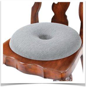 Овальная подушка лежит на деревянном стуле