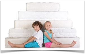 Два ребенка и пирамида из матрасов