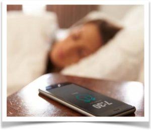 Телефон на тумбочке во время сна