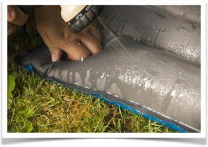 Полив водой из садового шланга на надувной матрас