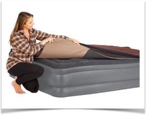 Женщина осматривает надувной матрас