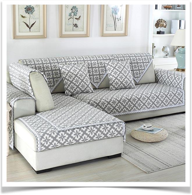 Серое стильное покрывало с узором на угловом диване