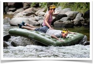 Плавание на надувном матрасе по реке