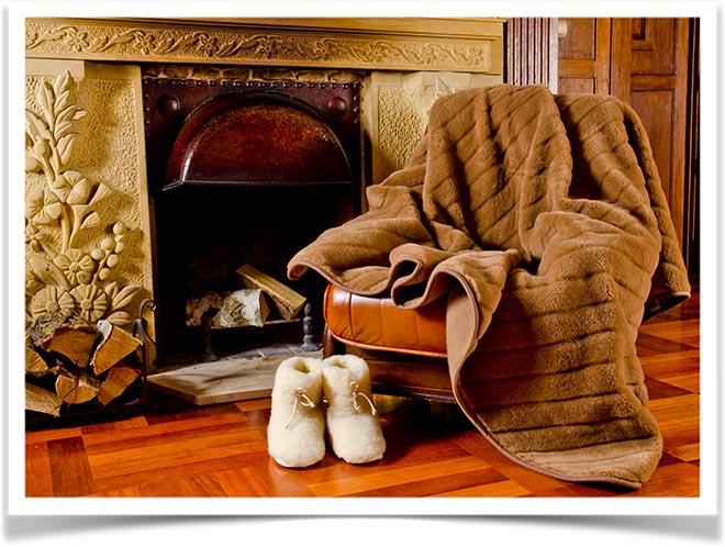 Верблюжье меховое одеяло на кресле возле камина