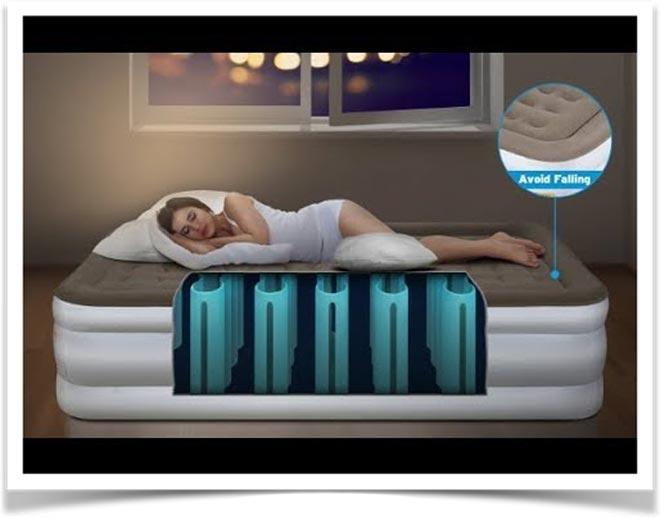 Женщина спит на надувном матрасе с видимой внутренней конструкцией