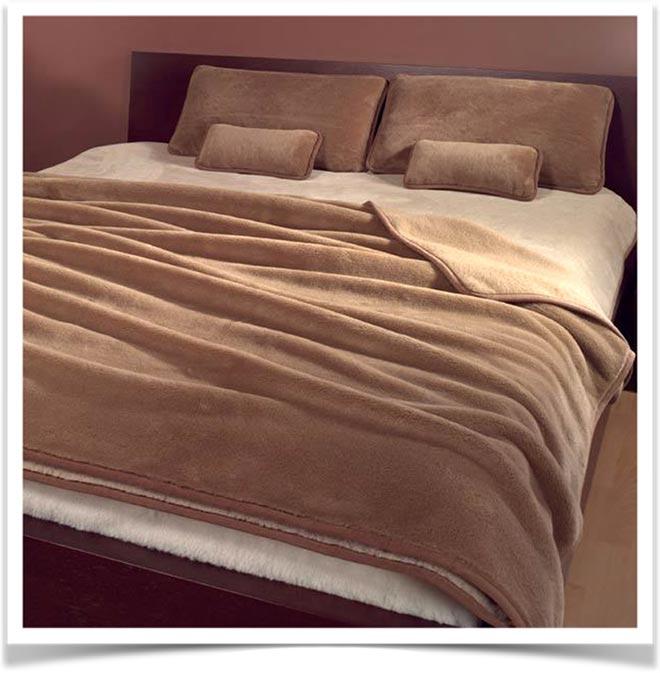 Постель,заправленная постельным бельем из верблюжьей шерсти