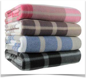 Стопка разноцветных байковых одеял