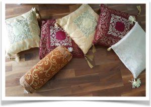 Валики и квадратные подушки в восточном стиле на полу