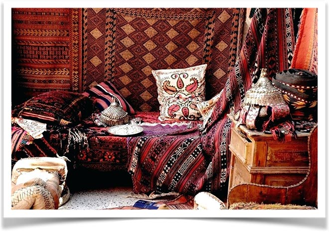 Интерьер в восточном стиле с подушками