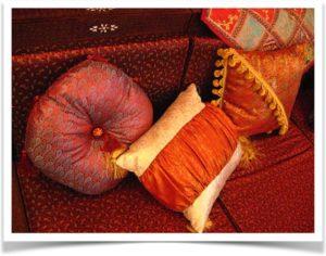 Восточные подушки разной формы на диване
